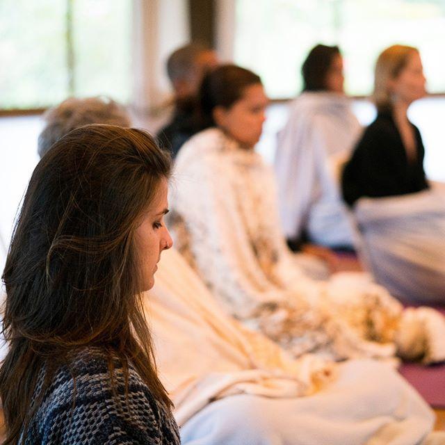 Conheça os Labs de nossa pós-graduação!  Lidar com conflitos de forma mais atenta, compassiva e aberta, passa pelo desenvolvimento de habilidades socioemocionais e uma atitude mais equilibrada perante a vida. Porém, como é possível experienciar estas transformações? As práticas contemplativas inspiradas no programa CEB (Cultivando o equilíbrio emocional) ajudam os agentes de paz a observarem e investigarem suas emoções. Com isso, treinam como lidar com as emoções envolvidas no conflito.  Pensando nisso, integrado ao conteúdo acadêmico em Estudos de Paz e Conflito e Equilíbrio Emocional, nosso programa de pós-graduação oferece aos agentes de paz em processo transformação-aprendizagem três tipos de Labs de investigação e um deles é de Contemplação.  Para saber mais, visite o nosso site. Nossa pós-graduação está com inscrições abertas para início em outubro de 2019. Link na bio!