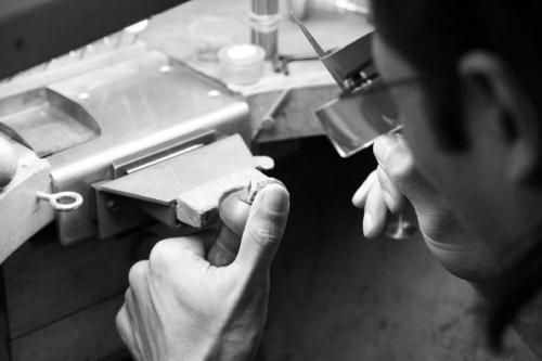 De Kwaliteit - Last but not least, moet u ook letten op de kwaliteit van de ring. Iedereen kan een grote, mooie en zuivere diamant leveren, maar de kwaliteit van de ring zelf kan sterk variëren.De kwaliteit is afhankelijk van de manier waarop de manier gemaakt werd. Er zijn verschillende productiemethodes, gaande van massaproductie tot artisanaal handwerk.Het spreekt vanzelf dat hoe meer handwerk eraan te pas komt, hoe beter de kwaliteit van het juweel is. Daarom wordt elk juweel van Blériot individueel vervaardigd in ons eigen atelier. Elk onderdeeltje wordt apart afgewerkt voordat het in het juweel wordt gesoldeerd. Hierdoor krijgen we een veel fijner resultaat dan wat seriewerk ooit kan bereiken.'Weten wat je koopt' is hier heel belangrijk. Vraag aan de juwelier steeds een certificaat waarin staat hoe en waar de verlovingsring gemaakt werd. Een juwelier die dit niet kan aanbieden is zijn geld niet waard. Lees hier hoe een verlovingsring van Blériot gemaakt wordt.