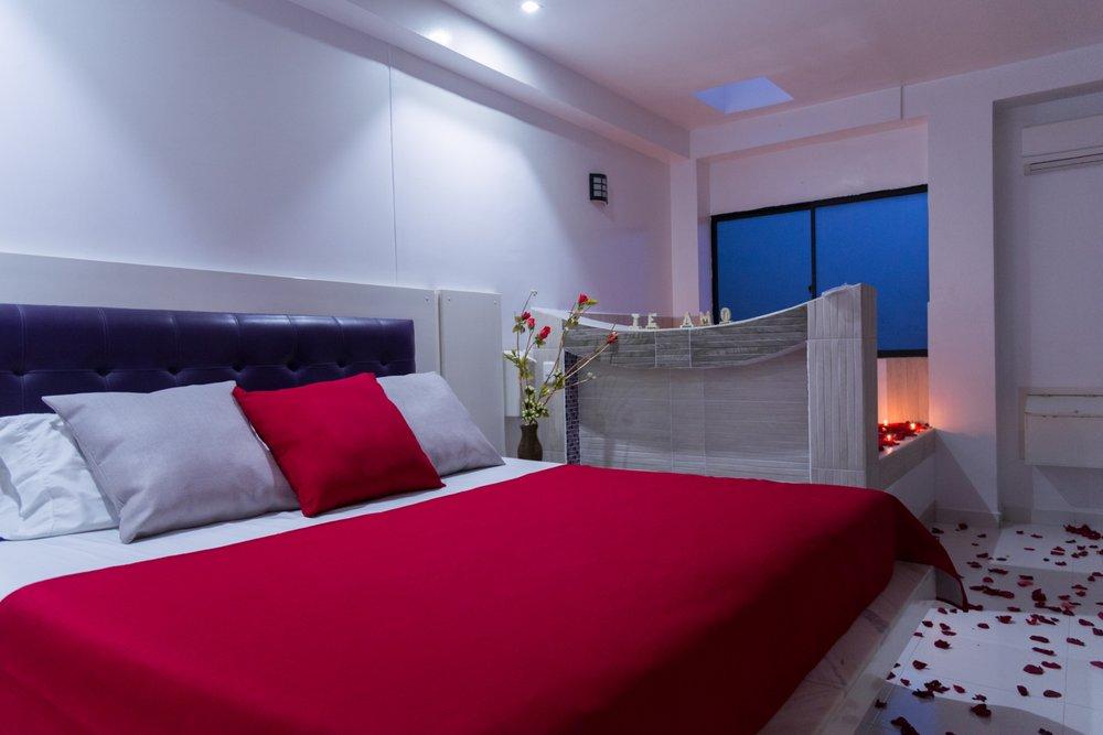 suite spa invierno - Un espacio que recuerda los colores del frío y la nieve, pero en la cama es momento de calentarse y subirle la temperatura a los cuerpos, descubriendo nuevos placeres.Más detalles ➝