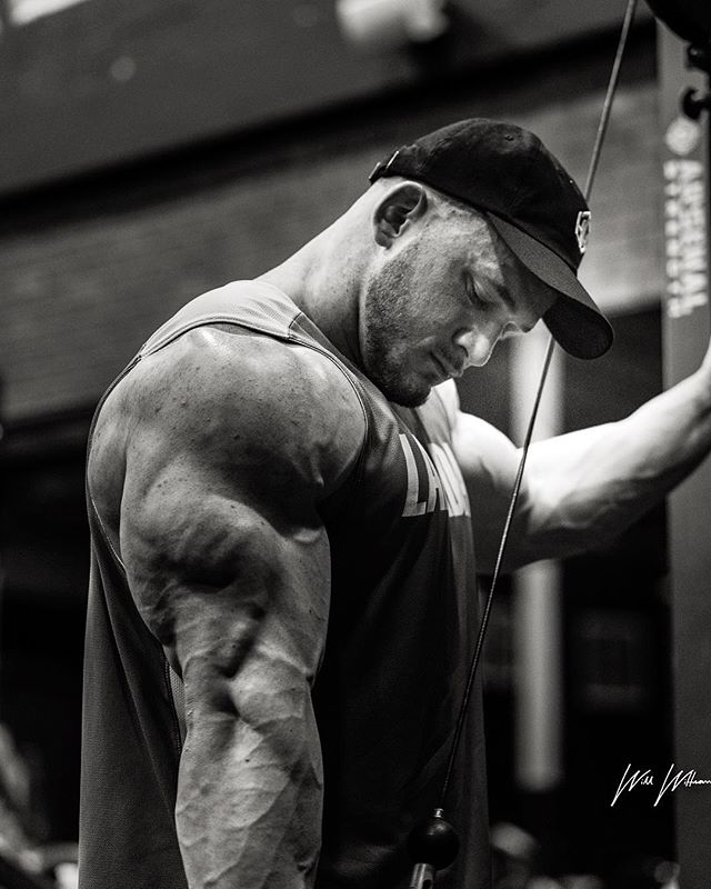 Crab claw🦀 Sick shot from @w_wittmannphoto of me getting one of my last workouts in before @npcnationals at @the_dragons_lair💪🏻 #wintheday #teamlabrada #avufitness #gasp #hypertrophycoach