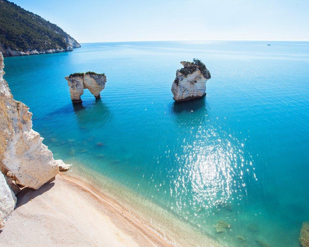 Destination Italien - Italien bietet Ihnen eine abwechslungsreiche Mischung aus lang gezogenen Sandstränden, kleinen wunderschönen Inseln und Steilküsten. Zusätzlich lockt die exzellente italienische Küche, Hunderte von Inseln und zahlreiche Sehenswürdigkeiten. Entdecken Sie stilvoll die weltberühmte Kultur und Landschaft mit dem Komfort einer Yacht und lassen Sie sich vom italienischen Leben, der reichen Kultur, den bezaubernden italienischen Städten in den Bann ziehen. Besuchen Sie mit Ihrer Yacht eine Vielzahl an berühmten Regionen wie Neapel, Capri, Amalfi, Portofino, Sardinen, Sizilien und Venedig und erleben Sie dabei atemberaubende Erlebnisse.Entdecken Sie jetzt auf unserem Blog eine Vielfalt an Yachtrevieren>>