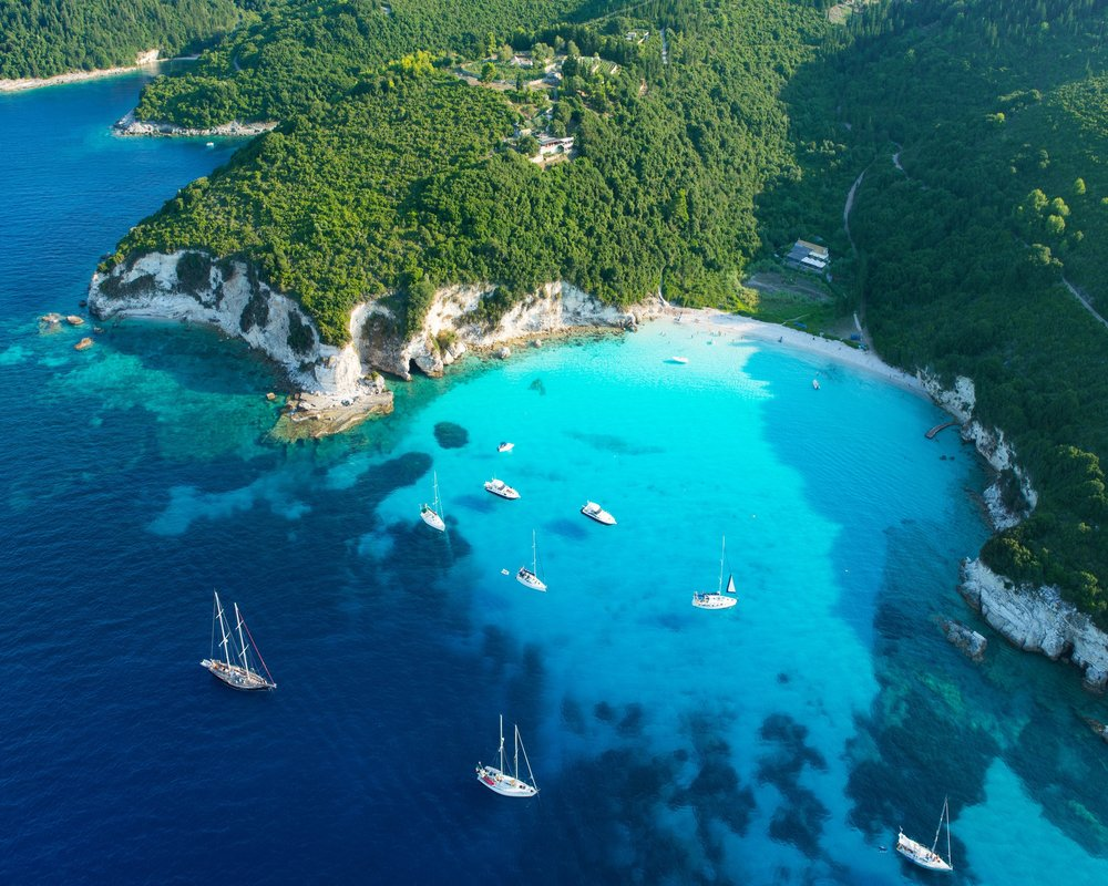 DESTINATION KROATIEN - Kroatien, das Land der tausend Inseln, wird Sie mit türkis-blauen Gewässern, idyllischen Buchten, endlosen Stränden, tief eingeschnittenen Klippen und mittelalterlichen Städten in seinen Bann ziehen. Durch seinen unwiderstehlichen Charme vom Mediterranen bietet Kroatien eines der schönsten Yacht-reviere weltweit. Lassen Sie sich bei kurzen Trips oder längeren Ausflügen mit Ihrer Yacht von der lebendigen und vielfältigen kroatischen Kultur bezaubern.Entdecken Sie jetzt auf unserem Blog eine Vielfalt an Yachtrevieren>>