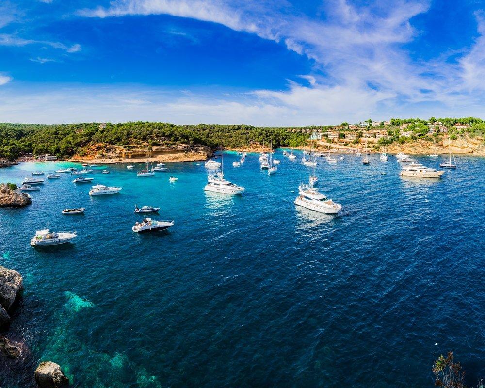 DESTINATION MALLORCA - Die 555 km lange Küste der Baleareninsel bietet endlose türkisfarbene Gewässer und einsame Strände, die Sie mit Ihrer Yacht besuchen können. Mondäne Häfen mit Glamour-Faktor wie Port Adriano oder Puerto Portals laden zum Bummel ein. Oder legen Sie in einem der malerischen Fischerhäfen an und lassen Sie einfach die Seele baumeln. Empfehlenswert sind auch die Serra de Tramuntara, ein Gebirgszug im Nordwesten mit schroffem Fels, tiefen Schluchten und viel ursprünglicher Natur.Entdecken Sie jetzt auf unserem Blog eine Vielfalt an Yachtrevieren>>