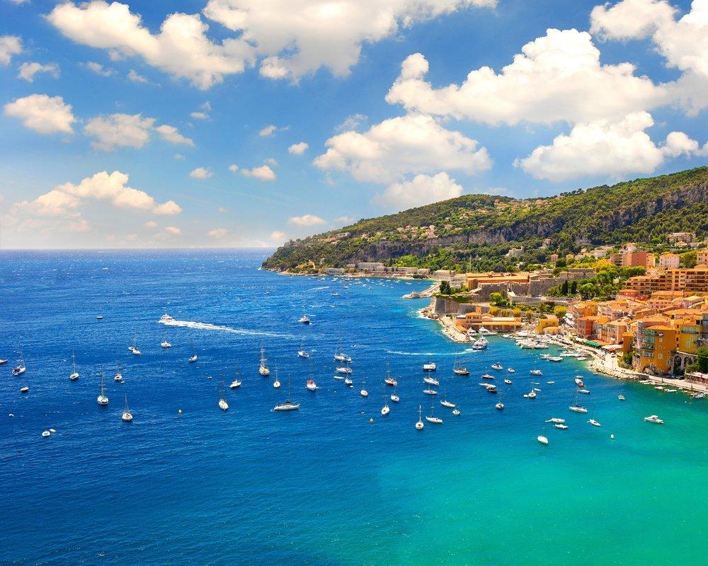 DESTINATION ITALIENISCHE UND FRANZÖSISCHE RIVIERA - Genießen Sie, die von Palmen gesäumten Sandstrände und die köstliche regionale Küche in San Remo, das zwischen der nahe gelegenen französischen Grenze und der Stadt Genua liegt. Erkunden Sie die italienische Riviera und besuchen Sie einsame Buchten, die farbenfrohen Küstenstädte von Cinque-Terre und die Amalfi Küste. Oder nützen Sie die Gelegenheit um die französische Riviera zu erkunden, denn San Remo ist der optimale Ausgangspunkt für einen Abstecher nach Cannes und Monaco.Entdecken Sie jetzt auf unserem Blog eine Vielfalt an Yachtrevieren>>