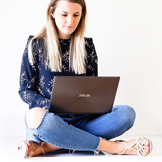9 forrygende dage med åbning af Blogging Essentials 🥂 Der er kørt spegepølsemadder ned i et væk, drukker litervis af kaffe og været brændvarmt i indbakken 😊🙌 . Lige om lidt slutter det - i aften kl. 21.00. Tilmelding lukker og der er fuld fokus på de seje studerende på kurset 😀🚀 . Skal du med, lægge et solidt fundament og konkret system for din blogging,  så er det ved at være oppe over 👀 . Klik på link i bio og læs mere om Blogging Essentials - der er kaffe på kanden og hul igennem til indbakken, hvis du har spørgsmål lige her inden lukketid 😊👋 . . . #blogkursus #bloggingcourse #bloggingessentials #communityovercompetition #savvybusinessowner #makewavesmonday #livemoremagic #mycreativebiz#creativeentrepreneur#creativityfound#creativelifehappylife #tnchustler  #soloverly #finditliveit #girlboss#makersmovement#beingboss #onlinebusiness #solopreneurs #sayyestosuccess #personalbranding#savvybusinessowners#femaleentrepreneurs#ladypreneur#thesocialsociety#myownboss#createcultivate #buildinganempire⠀