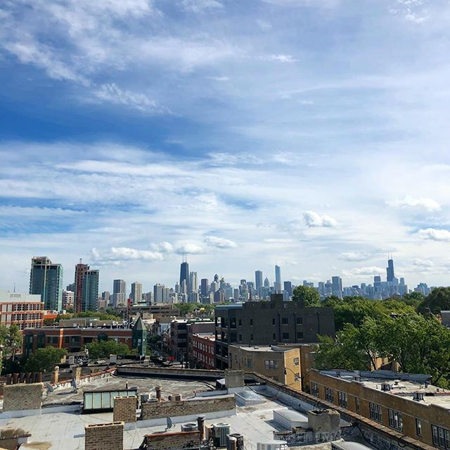 #TBT to sunny days & the roof top view at the Lill Penthouse #windycityrehab • • • Desing: @thealisonvictoria @kyarbrough21  Builder: @greymarkdevelopment @donobro 📸: @reagan___  #hgtv #lincolnpark #parkwest #reno #totalgut #rehab #penthouse #loft #goodbyebachelorpad #kohler #chicago #skyline #viewz #summertimechi