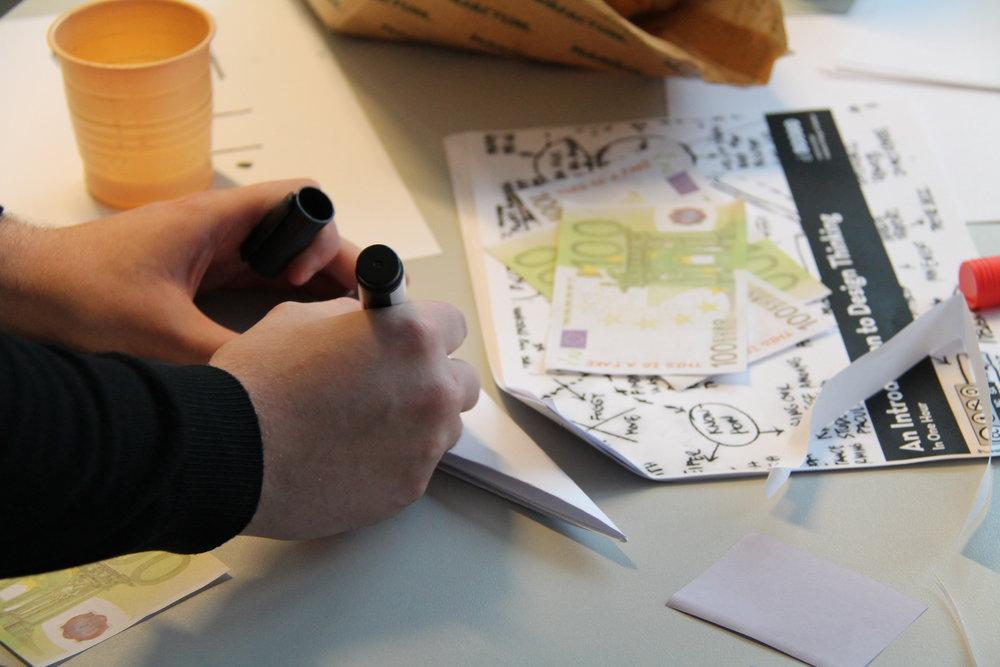 Beim Design Thinking werden nutzeriorientiert Probleme von Produkten angegangen und anschließend neue Protoytpen entwickelt. (Bild: G. Jaskulla/ FHM).