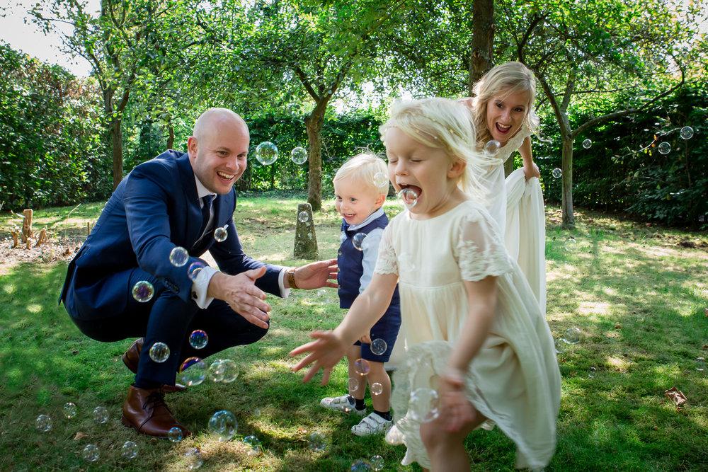 bruid en bruidegom en bruidskinderen trouw foto