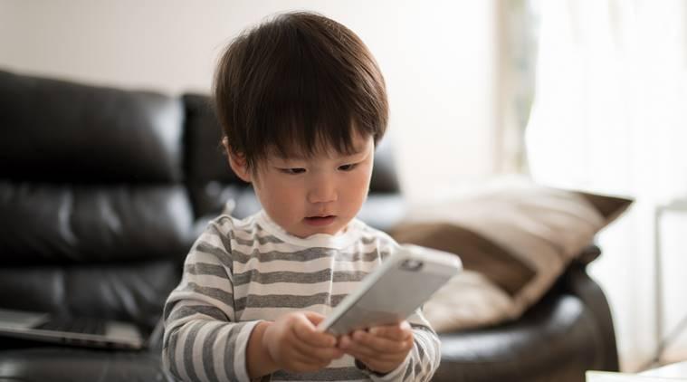 kids-with-phone-thinkstockphotos-759.jpg