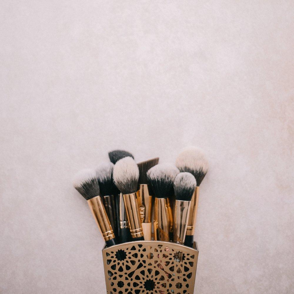 """Basic Beauty Lesson - Du bekommst ein Tages Make-up erklärt und dabei die wichtigsten Tipps gezeigt um das """"NEUE ICH"""" so einfach wie möglich in deinen Alltag zu integrieren. Unsere Kunden sagen immer : Es ist wie ich, nur besser!50 € p.P. - Dauer ca. 45 MinutenDie Basic Beauty Lesson kann man max. zu zweit machen. Telefonisch oder per Email buchen."""