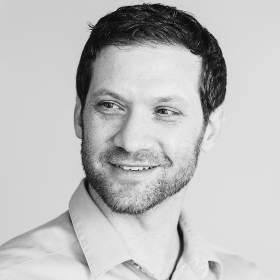 Michael Landers, Co-creador - Michael es el fundador de Culture Crossing LLC, una organización global dedicada a encontrar soluciones innovadoras para grupos de individuos que trabajan los desafíos de las condiciones globales. Su trabajo está enfocado en proveer a los clientes con las herramientas necesarias para sobre pasar obstáculos, obtener sus metas y navegar dentro de las complejidades de los negocios globales con comprensión y estilo. En los pasados 15 años, Michael ha estado diseñando y facilitando programas para gerentes y ejecutivos de empresas globales en materia de liderazgo y entrenamiento, en comunicaciones inter-culturales, conformación de equipos, innovación, estrategias de pensamiento; motivación y vinculación.