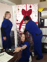 看護学校時代、実習先のナーシングホームでクリスマスデコレーション作成中