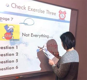 医療英語クラスの様子。午前中はESL(語学力)、午後は医療英語を受講をしています。毎回出される宿題とプレゼンテーション作成に追われています。