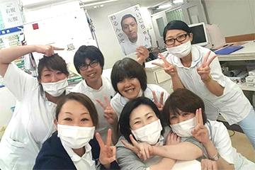 日本で働いていた頃。勤務最終日に先輩や同僚と記念撮影。