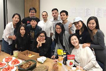 アメリカの語学学校クラスメイトと先生と一緒に。