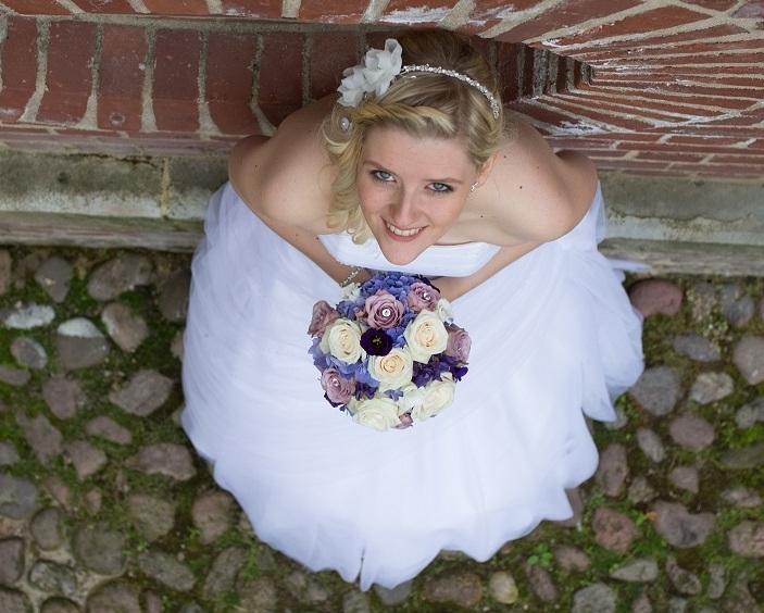 Miriam    Vor einem Jahr habe ich mein Brautstyling über Simona Parisi machen lassen. Ich kann nur sagen, dass ich immer sehr zufrieden war und es immer noch bin. Denn seitdem gehe ich dort regelmäßig hin. :)    Die Atmosphäre ist sehr angenehm und man fühlt sich rundum wohl