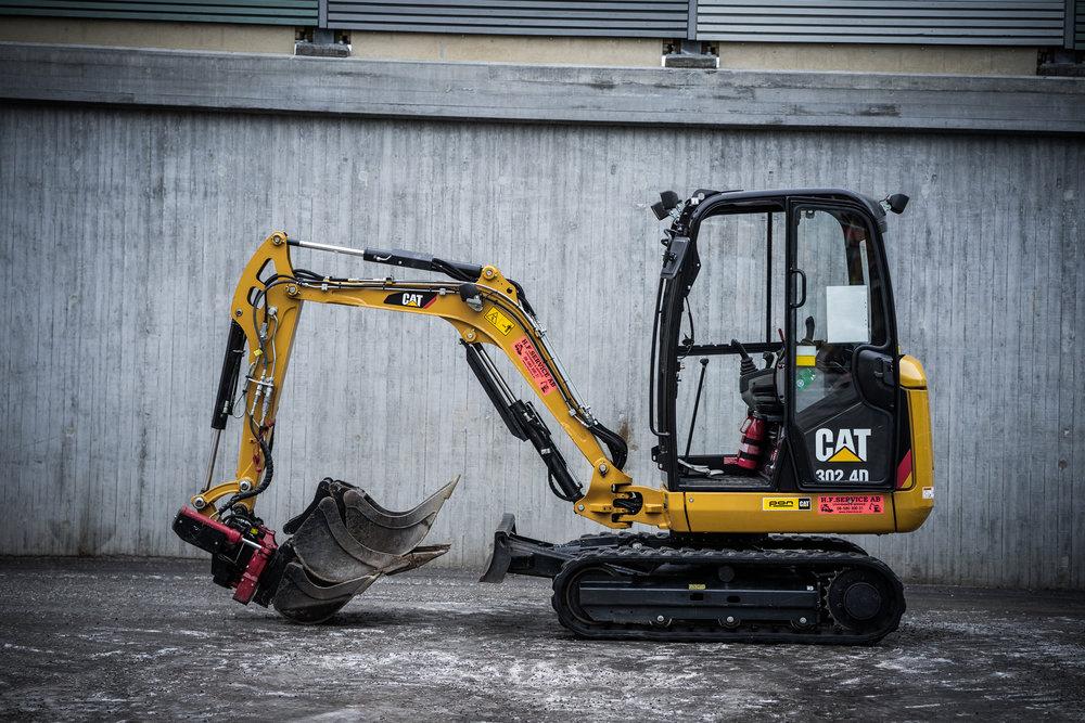 Maskindata Cat 302.4D - Arbetsvikt: 2320 kgBredd:140 cmHöjd: 239 cmMaximalt Grävdjup: 240 cmUtrustning: Standardskopa, Kabelskopa, Planerskopa.