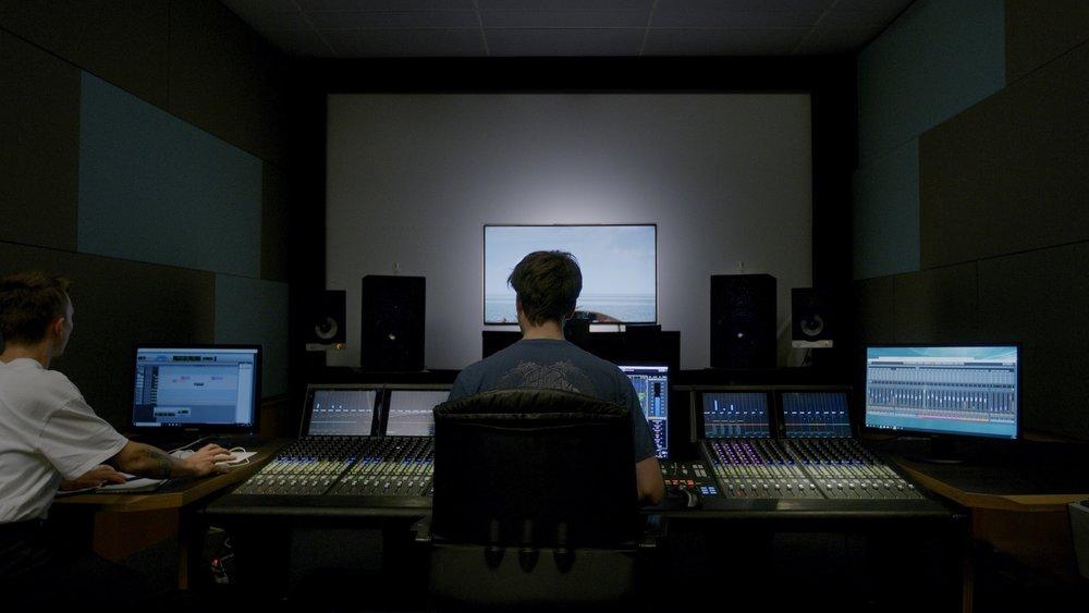 TV-Mischung - Das TV Mischatelier dient der finalen Tonmischung (re recording sound mix TV) für Fernsehfilme, Dokumentationen, Serien, Animationen als auch als Vormischung für Kinofilme. Dafür stehen sowohl Fernsehbildschirme von 55' bis zu 65' zur Verfügung als auch eine Leinwand von 10qm Größe.