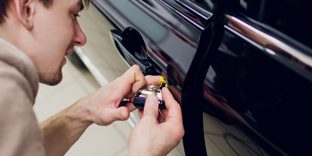 locksmith-removing-car-door-lock.jpg
