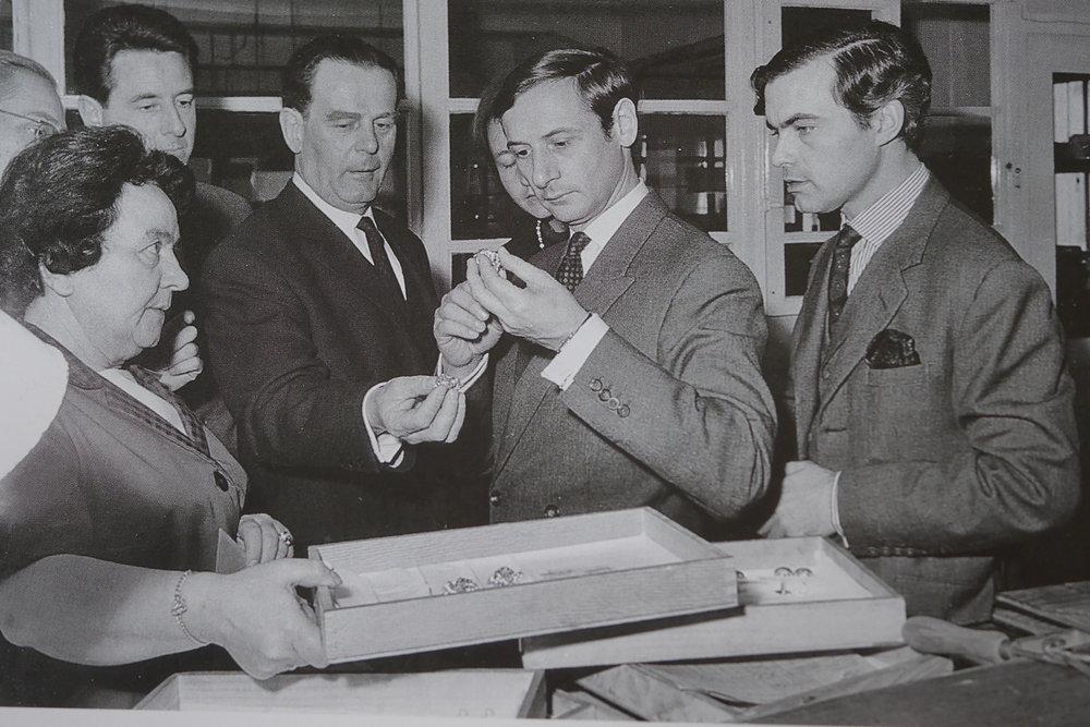 """Marc Bohan """"Directeur Artistique"""" des Hauses Dior zu Besuch bei Henkel & Grosse in Pforzheim, 1962"""