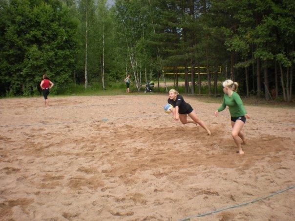 Beach volley kuului monta vuotta kesääni tärkeimpänä kesälajina. Nyt sen on syrjäyttänyt golf. Tässä kisaparina oma sisko Janita.