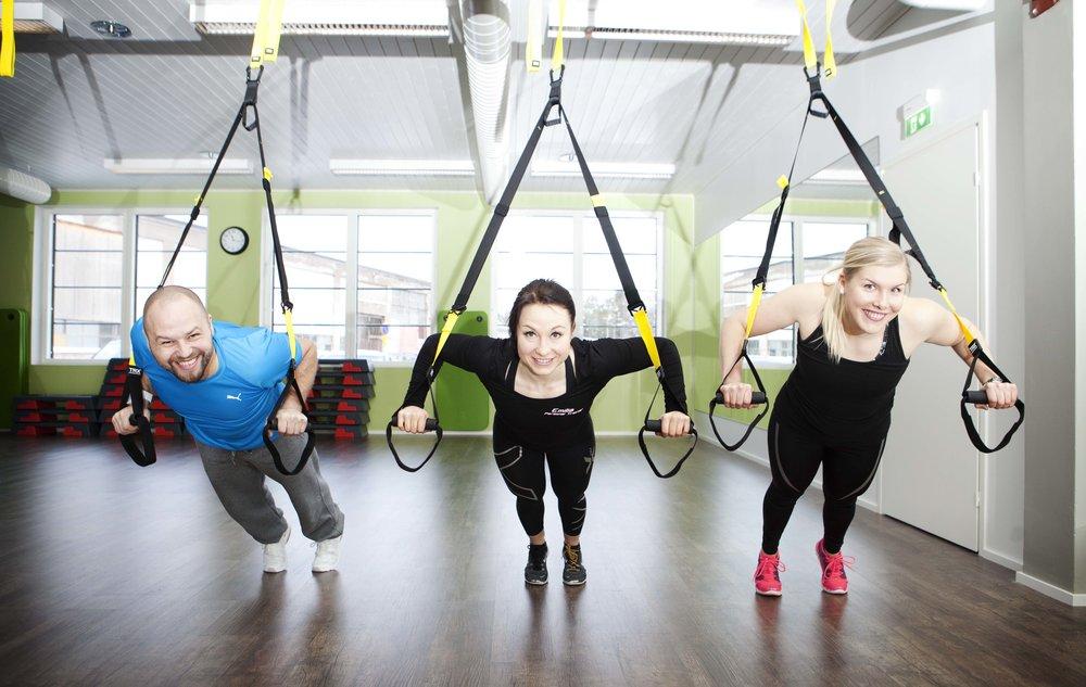 TRX-harjoittelu on ehdottomasti yksi lempparini harjoitella perusvoimaa. TRX kehittää voimaa, kestävyyttä, liikkuvuutta, kehonhallintaa ja tasapainoa, riippuen millaisen treeniohjelman suunnittelee.