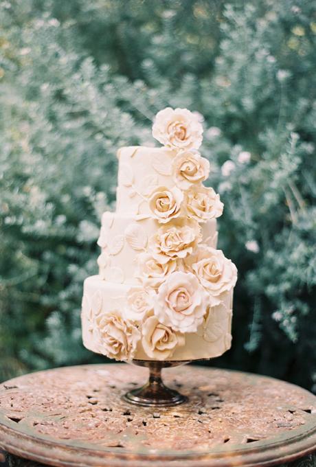 Wedding-Cakes-with-Flowers-Rylee-Hitchner-Photography-cake-Nicole-Yamaguchi-of-the-scootabaker