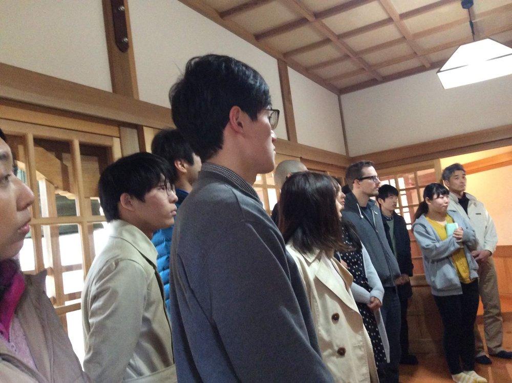 お寺の拝観中の参加者