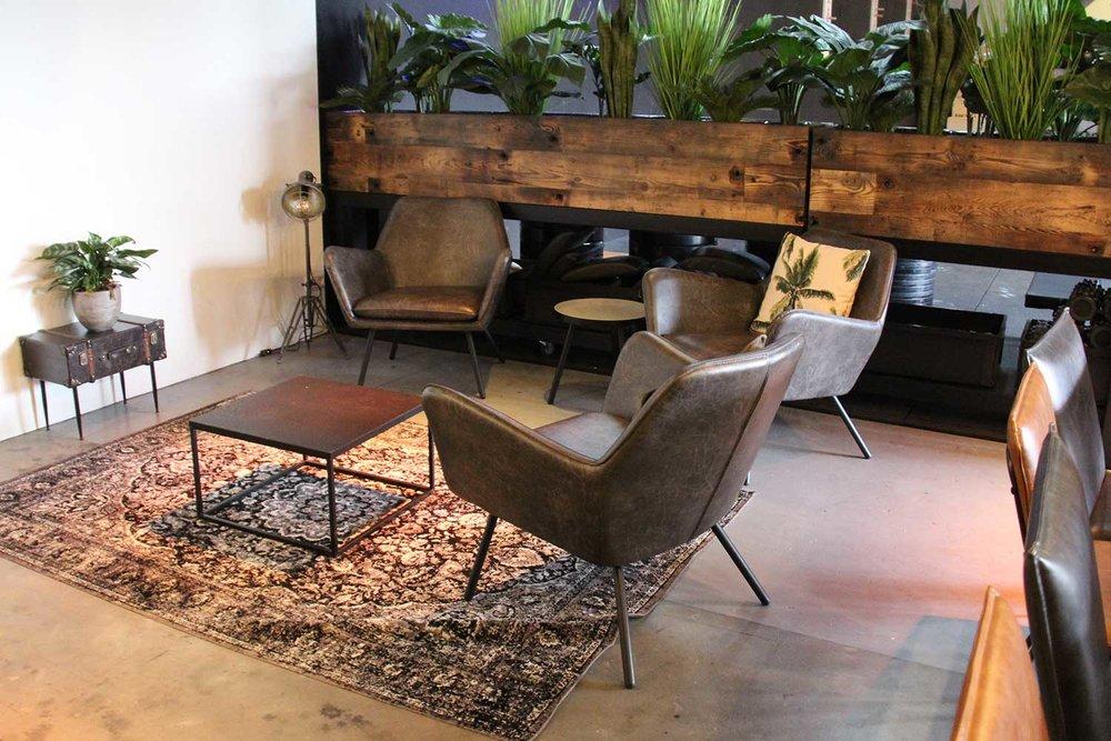 Zakelijke meubelen - Samen met FØRN hebben we allerlei interieurprojecten uitgevoerd voor kapsalons, winkels, kantoren, beursdeelnemers, fietsenwinkels, sportscholen, fitnesscentra, kinderdagverblijven, praktijken, bars, restaurants en nog veel meer. We zijn voornamelijk gericht op sfeervolle, warme interieurs waarbij we gebruik maken van natuurlijke materialen. Dit wil niet zeggen dat we het kunnen combineren met strakke ontwerpen waarbij gebruik wordt gemaakt van materialen zoals MDF, multiplex, HPL of gefineerde meubels. Daag ons gewoon uit met jouw plannen.