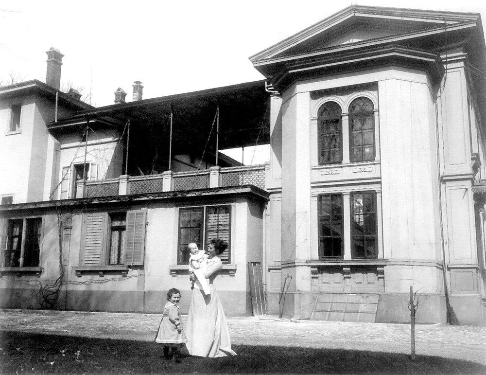 Hedy Hahnloser-Bühler mit ihren Kindern Lisa und Hans, um 1901