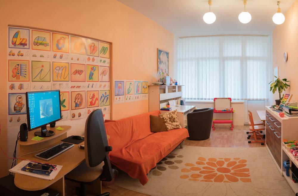 O Nás - Detské integračné centrum v Trnave bolo zriadené ako prvé modelové pracovisko na území Slovenska v roku 1993. Od 1.9.2008 bolo premenované na Centrum špeciálno-pedagogického poradenstva. Za pomerne krátke obdobie, za jedno desaťročie sa mu podarilo vytvoriť optimálny model komplexnej starostlivosti o deti, žiakov a mládež so zdravotným znevýhodnením.