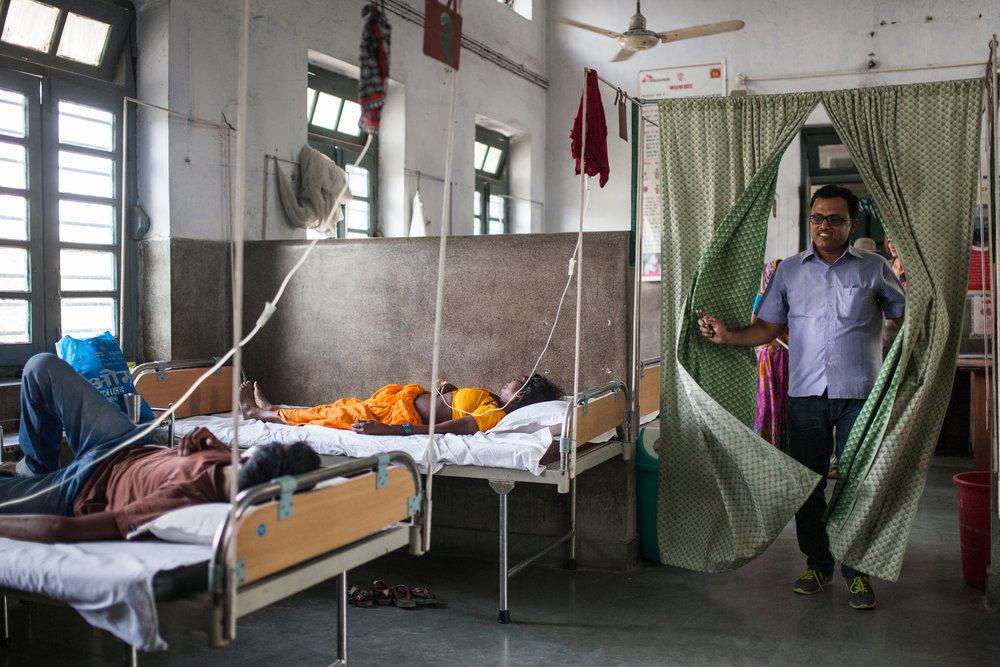 Doctor Deepak Kumar attends pacients in the Kala Azar Ward. Deepak is part of MSF's local staff.