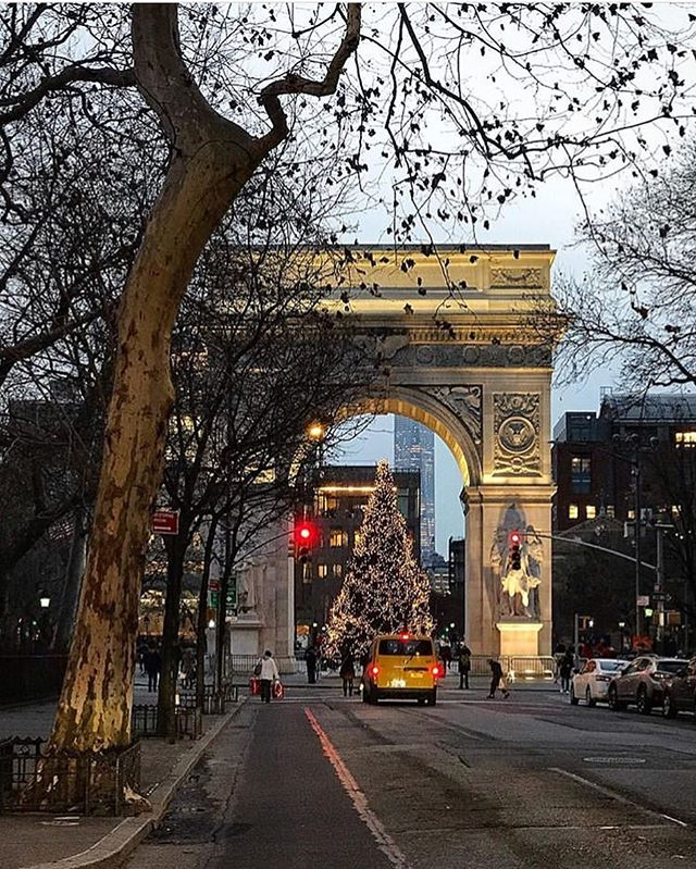 Feeling the New York  holiday spirit ? We sure are. Ride safely to your destination in New York style. Click the link in our bio to hail an nyc cab from your phone. 👉 @waavenyc [pic by @alexandrabloom_nyc
