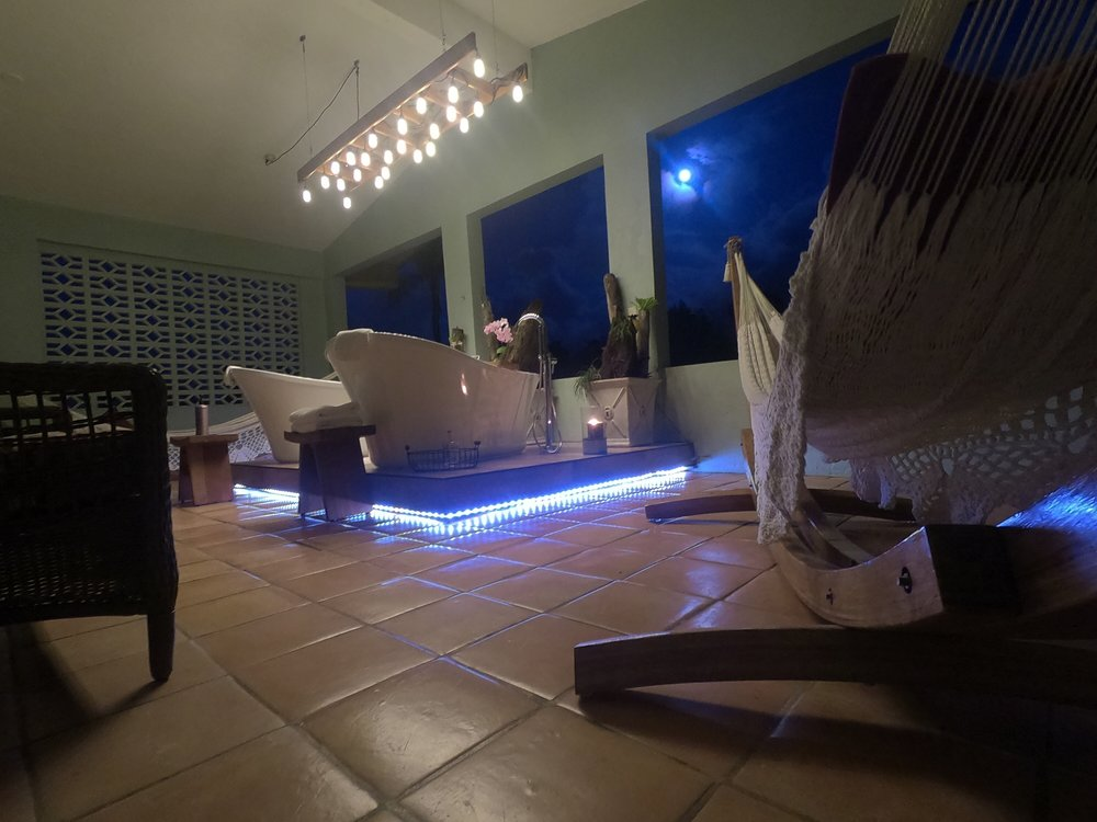 Disfrute de una velada romántica en el balcón privado de la 'The Jungle Suite'