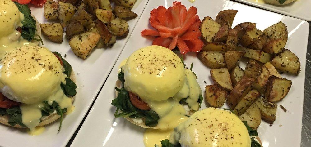 Nuestros huevos florentinos de preparación clásica con papas sazonadas estilo bistro y una rosa de fresa.
