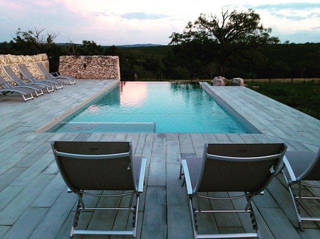 🌿Voici notre piscine pour profiter d'un merveilleux moment de détente. 🧘🏻♀️ #rocamadourtourisme #rocamadour #lot #piscine #swimmingpool #relax #travel #travellifestyle #ryokan #holidays #photography