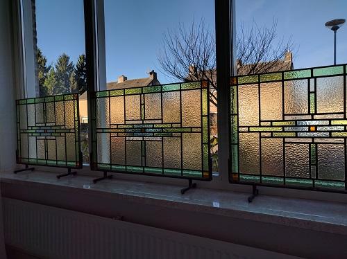 1) Glas in lood in staanders van staal