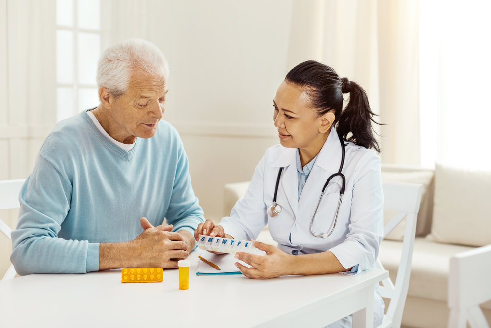 750px-Man_consults_with_pharmacist_%281%29.jpg