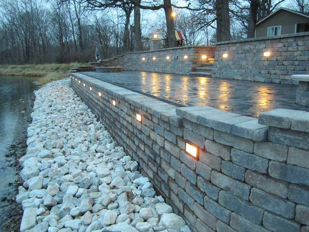 East Peoria, IL retaining wall with outdoor lighting