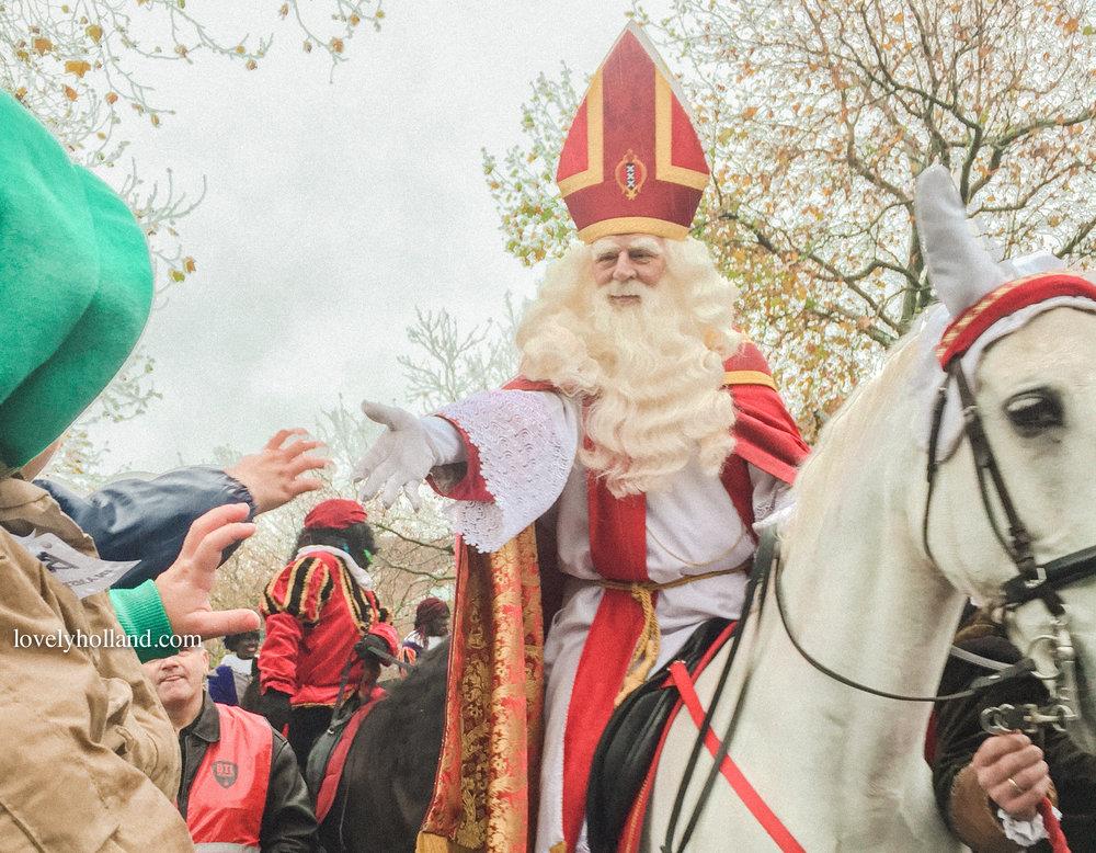 瘦瘦的聖尼古拉爺爺身穿白色長袍,搭上紅色斗篷,頭上戴著紅色尖頂帽。和聖誕老公公長得很不一樣喔~