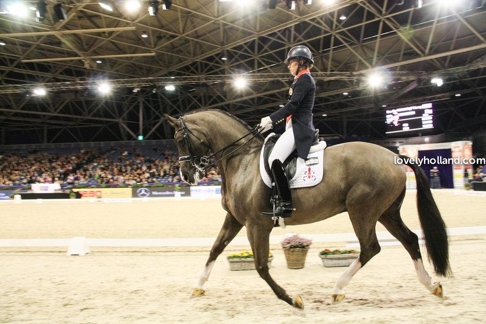曾在 2012 倫敦奧運馬術比賽中的盛裝舞步的個人冠軍 Charlotte DuJardin 和她的愛馬 Valegro。