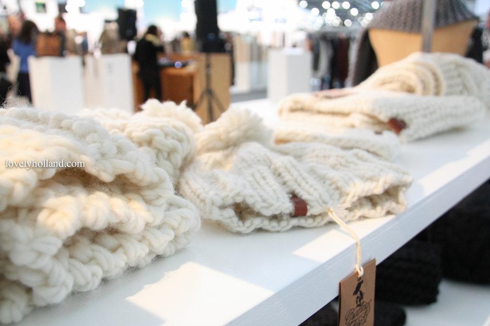 每一件商品都是老奶奶們親手編織的,質感相當好,且非常時尚。