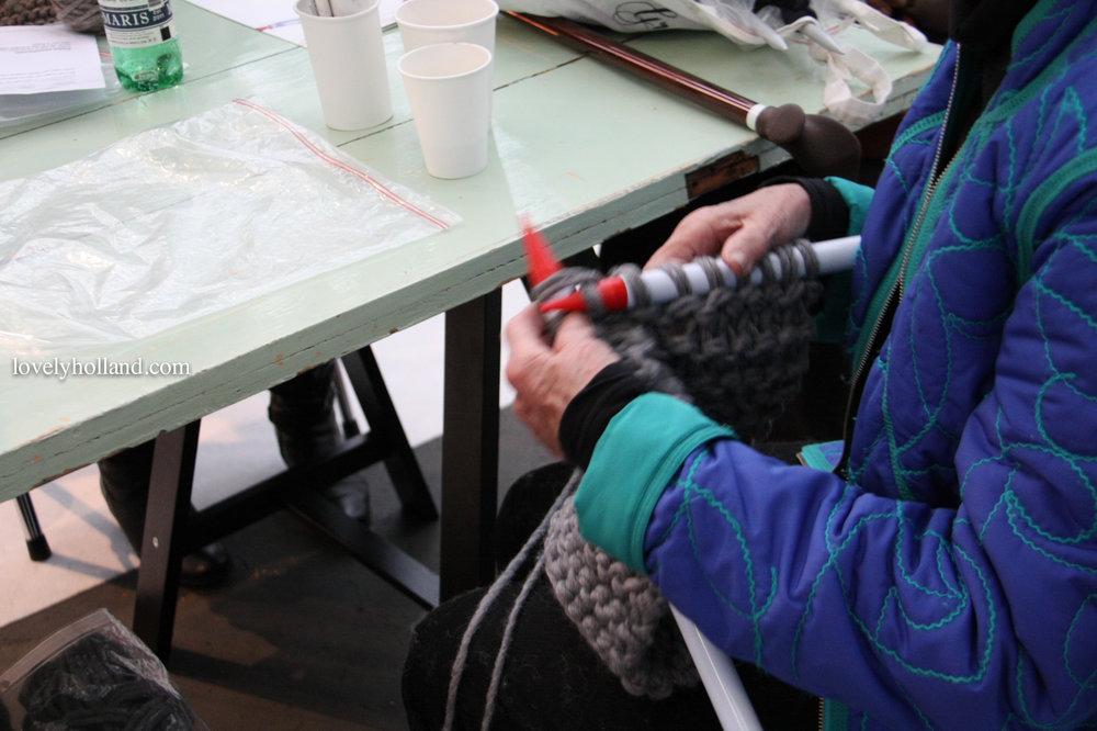 老奶奶現場親手織毛衣,好大的毛線棒啊!