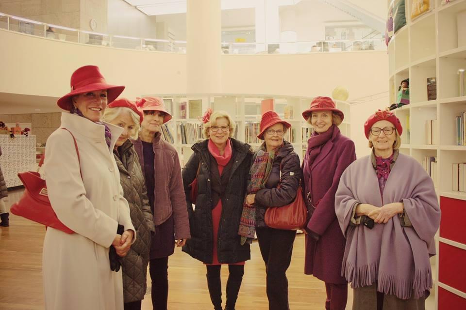 Red Hat Society 紅帽協會姐妹們的聚會在阿姆斯特丹市立圖書館參觀