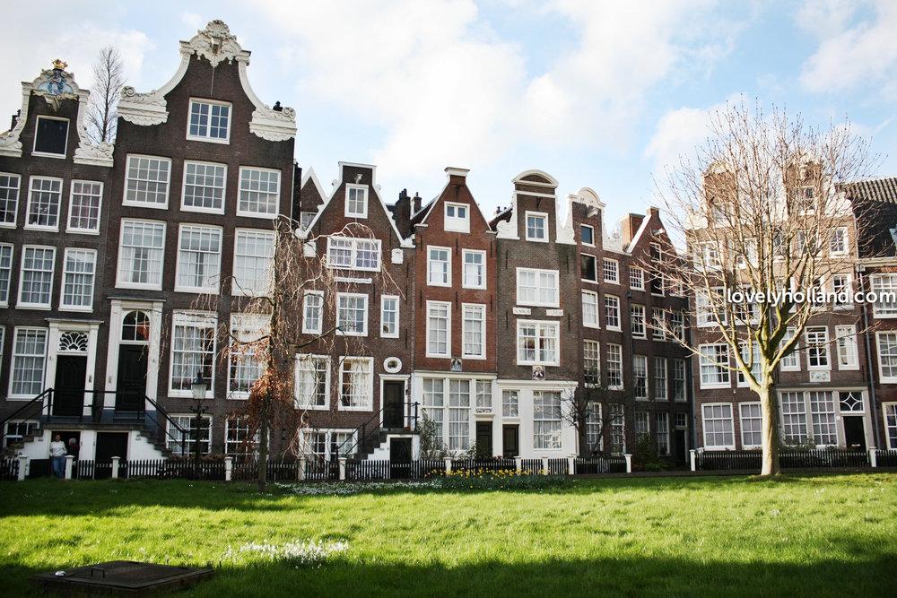 荷蘭法律規定,每個僱主必須外加8%的年薪給予員工做渡假津貼