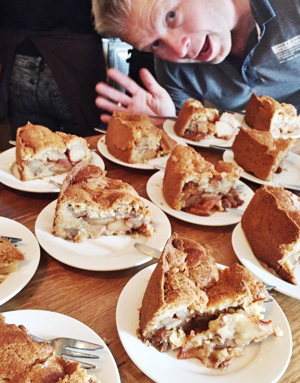 熱騰騰香脆的蘋果派, 搭上新鮮奶油 一整桌等待客人享用的蘋果派,以及熱情的老闆
