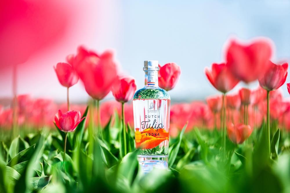 極為之美的酒瓶,清澈透明印照著背面的鬱金香。