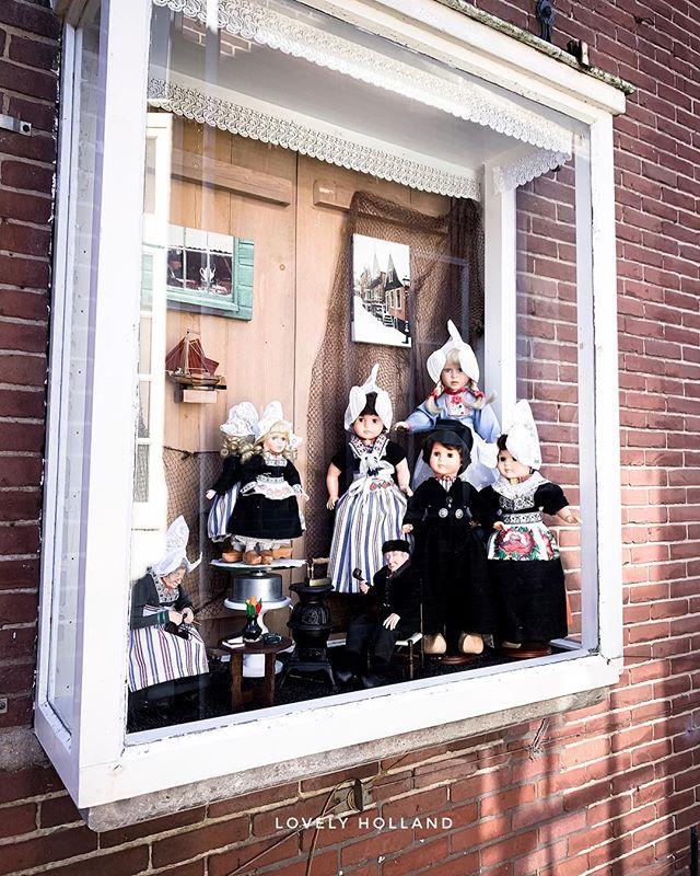 "#Amsterdam近郊玩 | 北海漁村  這幾天朋友來荷蘭玩,我樂得開心陪著到處走走。北海漁村 #Volendam,阿姆斯特丹市北方約才30分鐘車程的傳統老漁村,也是觀光客又愛且難忘的必到美麗景點。 . . 有趣的是,荷蘭人對Volendam 倒有很不同的印象,常聽他們用調侃的口氣介紹:這個漁村出了很多歌手,以前歌手們上電台,都會隨手帶條新鮮鰻魚當禮物給主持人,所以他們的音樂又稱鰻魚音樂。這裡的人用很多重度毒品。還有他們大部分村民都是近親結婚,所以長得都很像,且笨笨的...。 . . 這些內幕資訊似乎都不太正面,聽聽就罷。倒是今天天氣好好,被陽光溫暖曬著,走在老街上看漁港漁船,吃香脆炸魚 #kibbeling, 和老朋友談天說笑好開心!還有... 我終於!第一次跟了老掉牙光觀客行程:穿荷蘭傳統服飾拍紀念照!太有趣了!完全推薦! . . 🥰 新文香噴噴: 北海漁村 Volendam:  www.lovelyholland.com/blog/2019/2/volendam  完整照片集,還可以聽北海漁村的""鰻魚音樂"" . . . #荷蘭 #北海漁村 #漁村 #漁港 #歐洲 #傳統服飾 #伝統 #instaholland #holland #volendam #fishtown #greatmoment #travellovers #volendamnetherlands #springtravel #dutchtradition #fishvillage"