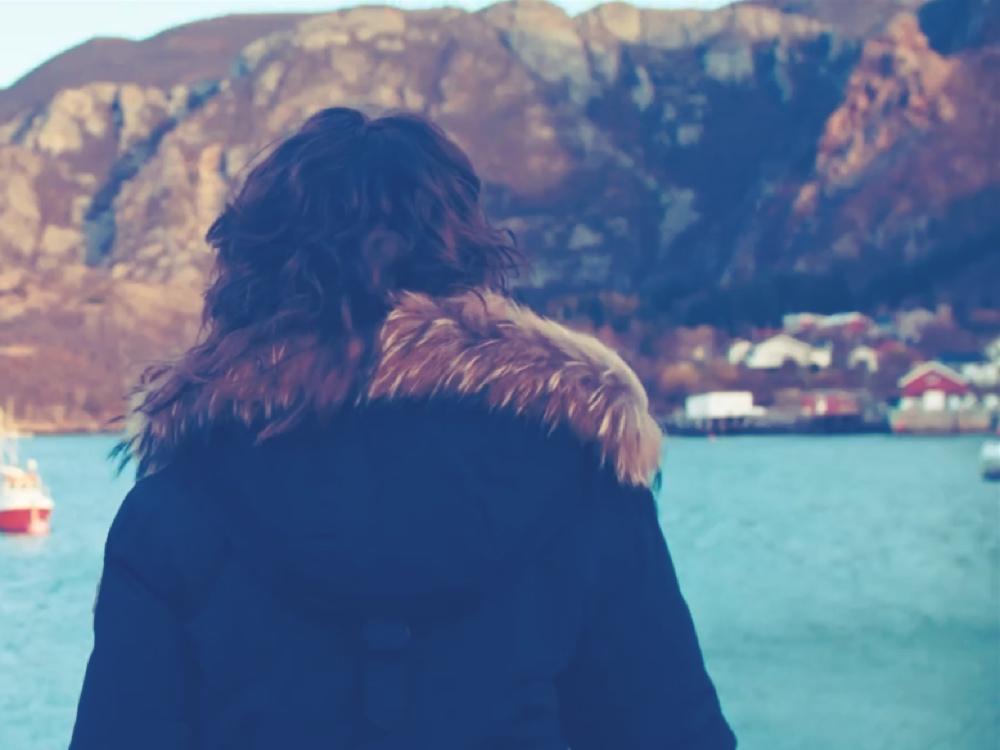 Ann-Kristin Johansen som ser utover havet