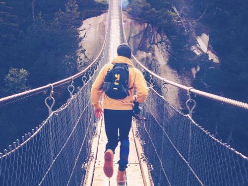 person som går over bro.jpg